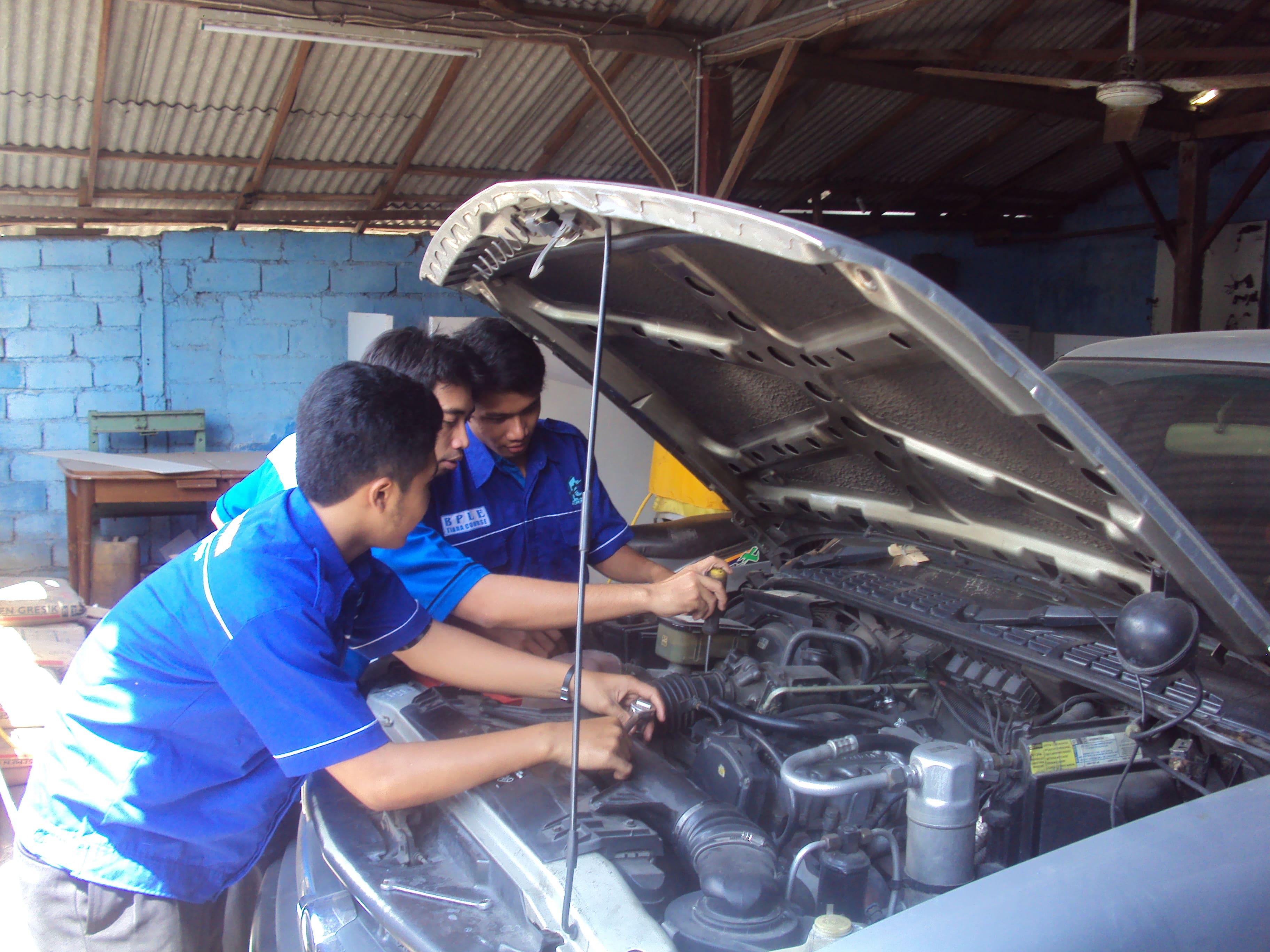 Kegiatan Praktek Jurusan Engineering Otomotif - Teknik Mobil BPLE Tiara Course