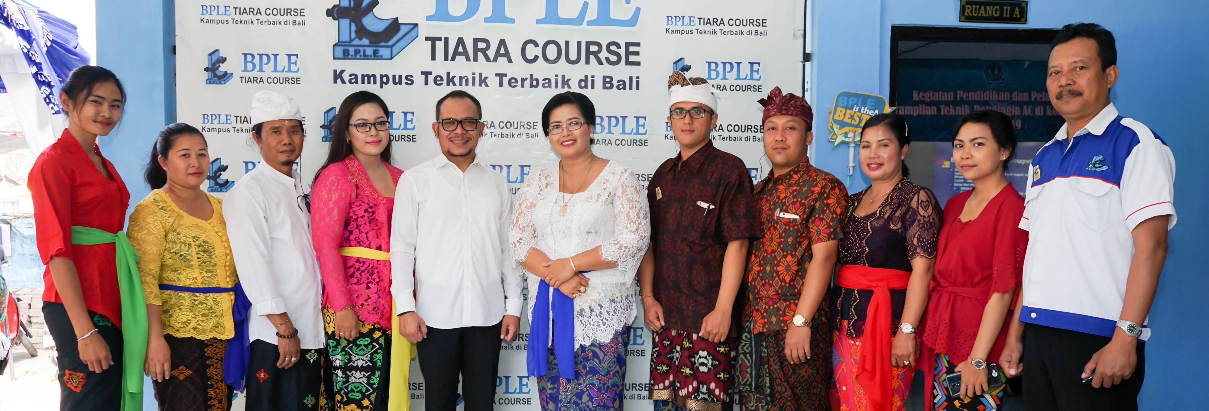 Foto Bersama Staff BPLE Tiara Course Dengan Menteri Ketenagakerjaan